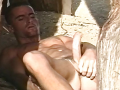 Super sexy solo scene with a horny dude on the beach !