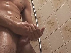Pretty dude jerks off his unyielding wang in the bath